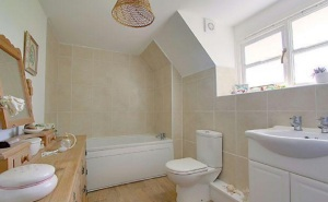 stroat-farm-cottage-bathroom-01