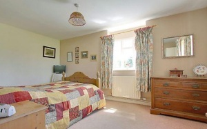 stroat-farm-cottage-bedroom-01